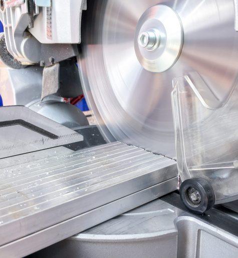 Extracție la tăierea aluminiului